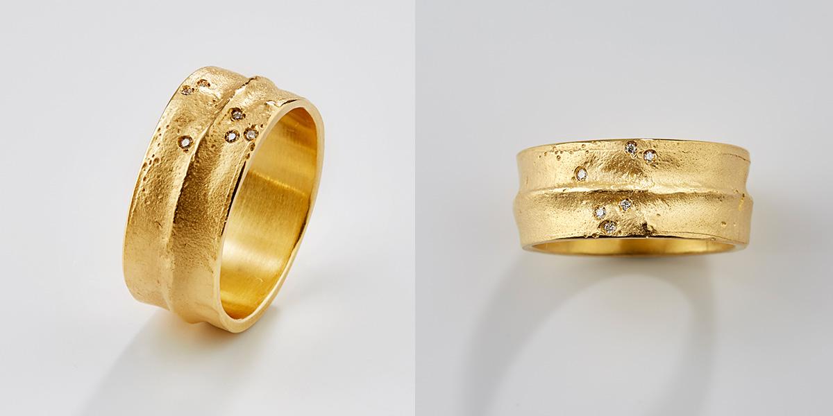 Trouwring 18k goud met structuur en witte diamantjes