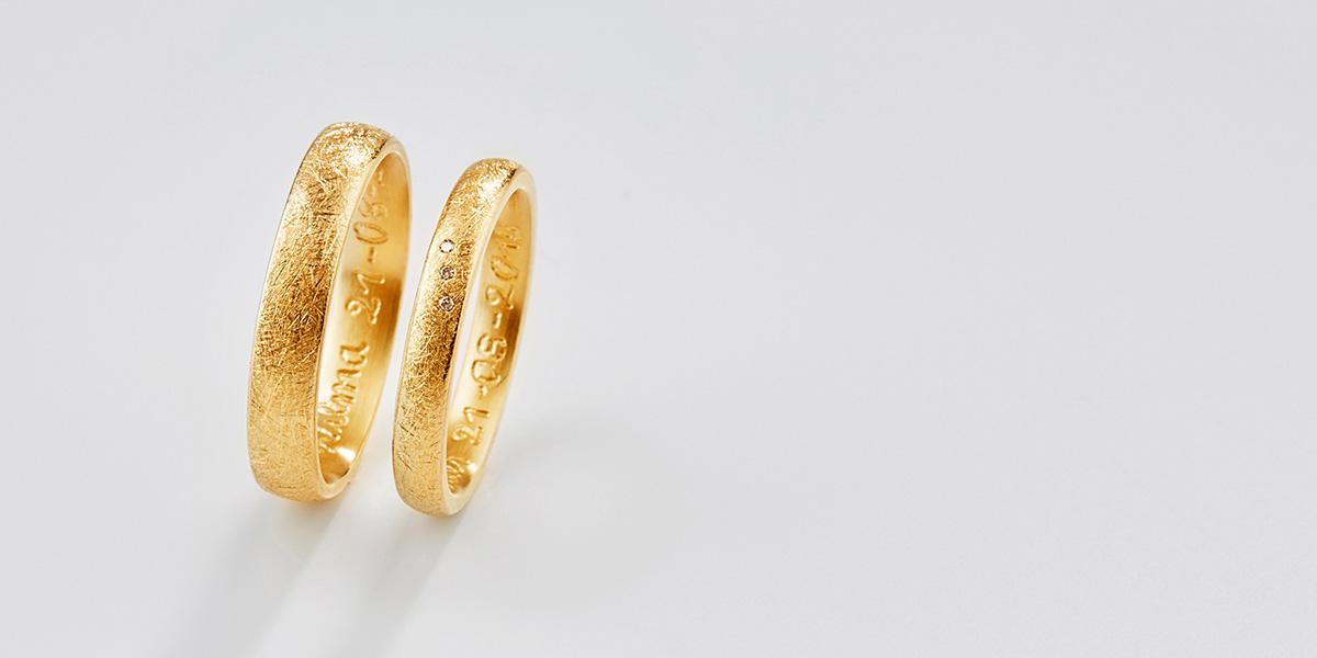 Trouwringen Curved, 18k warm geelgoud en diamantjes