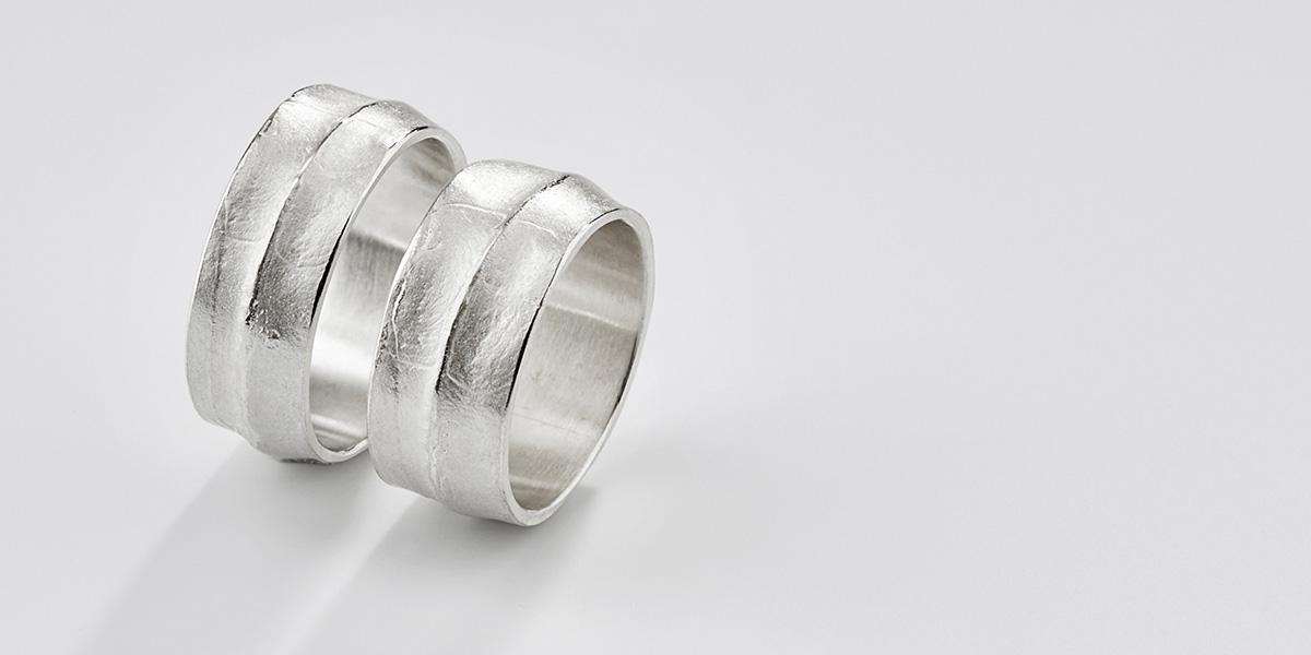 Handgemaakte trouwringen in 18k witgoud of platina met structuren