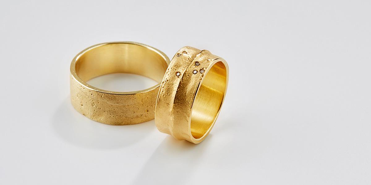 Unieke trouwringen in 18k goud met witte diamantjes