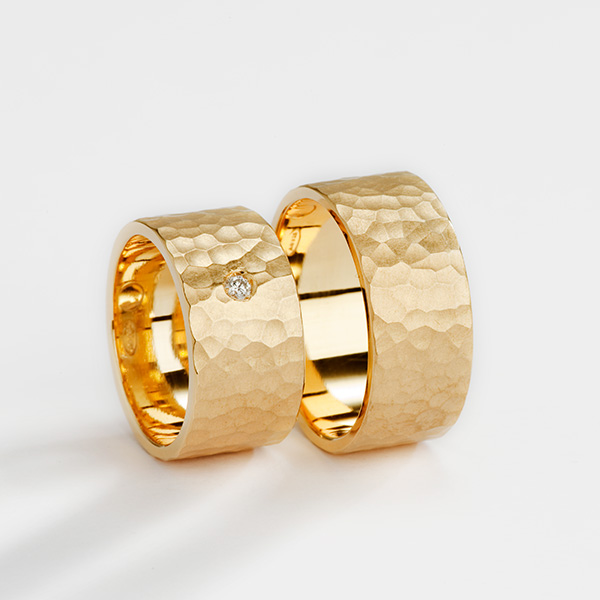 Trouwringen gehamerd Hammered III, 18k warm geelgoud met witte diamant