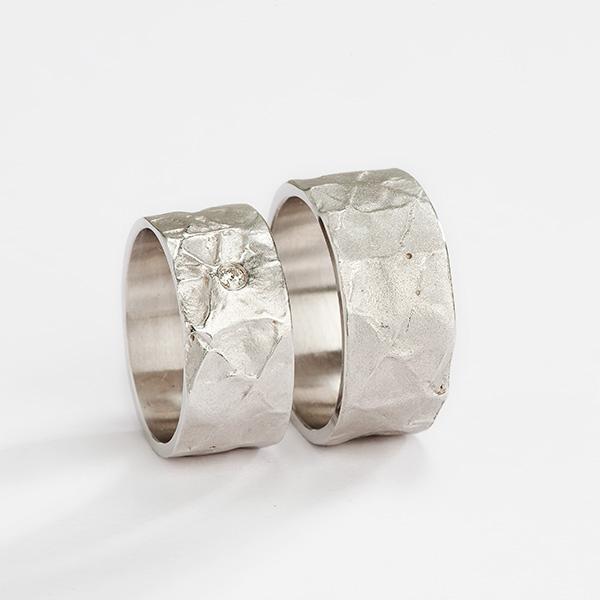 Handgemaakte trouwringen in 18k palladium witgoud met textuur en witte diamant