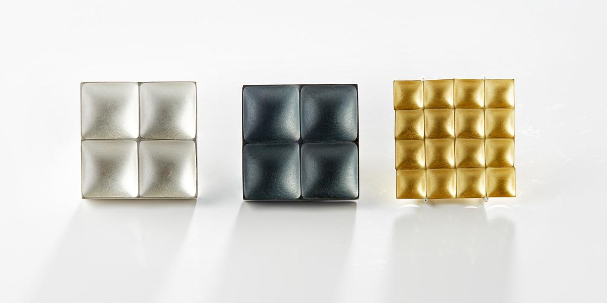 Sculpturale vierkante broches, 18k goud en sterling zilver
