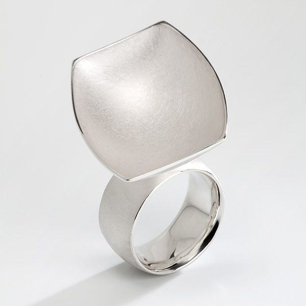 Sculpturale ring in 18k wit goud