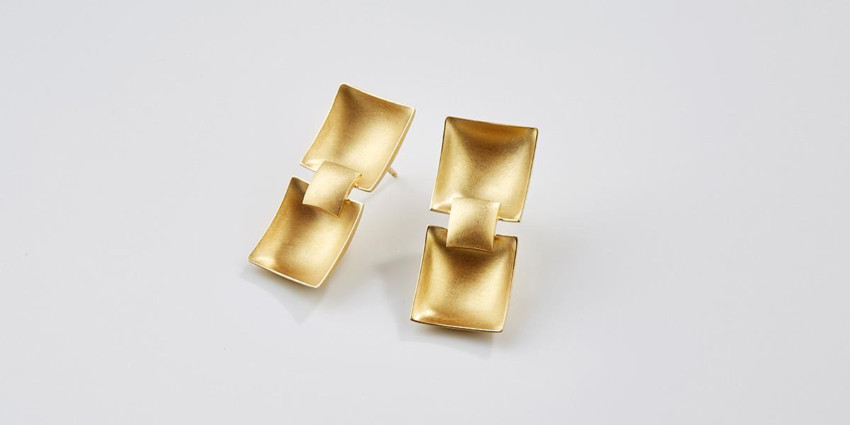 Sculpturale oorstekers, 18k mat goud