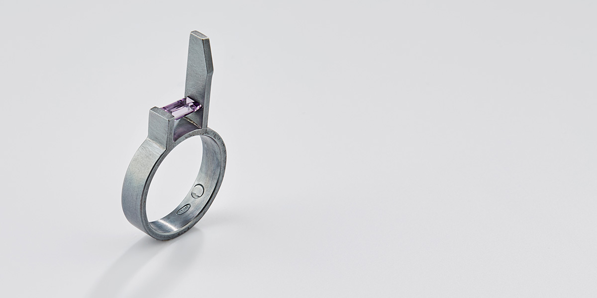 Hedendaagse ring in black rhodium met edelsteen