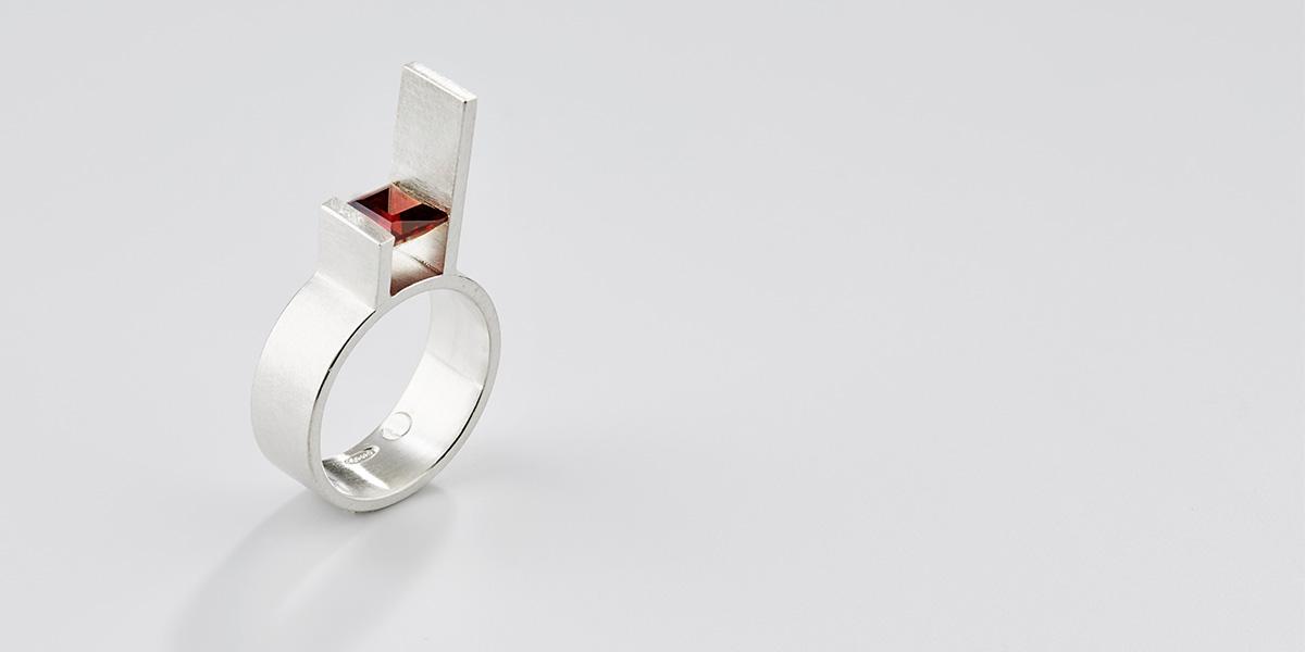 Hedendaagse ring in witgoud met vierkante granaat