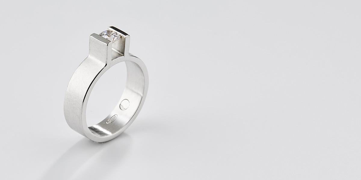 Ring met witte brilliant in 18k wit goud