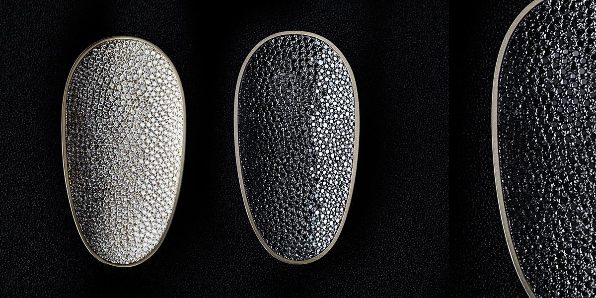 Hedendaagse broche, 18k goud met witte en zwarte diamanten