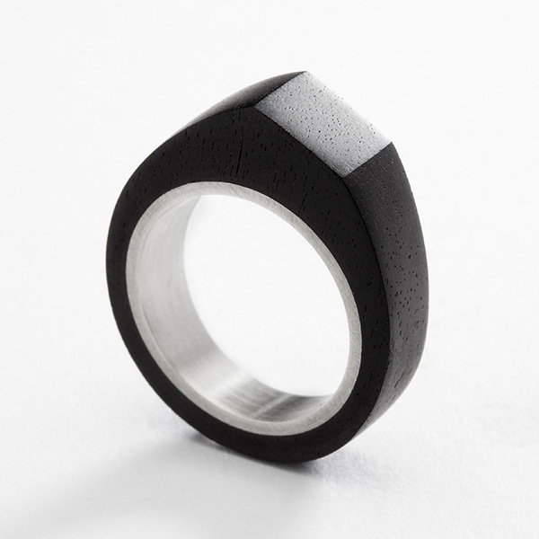 Hedendaagse zwarte ring, ebbenhout en 18k wit goud