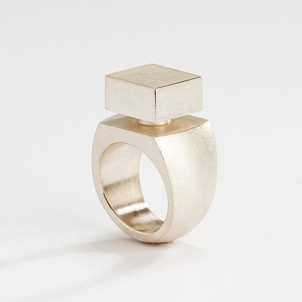 Sculpturale vierkante ring, 18k mat goud
