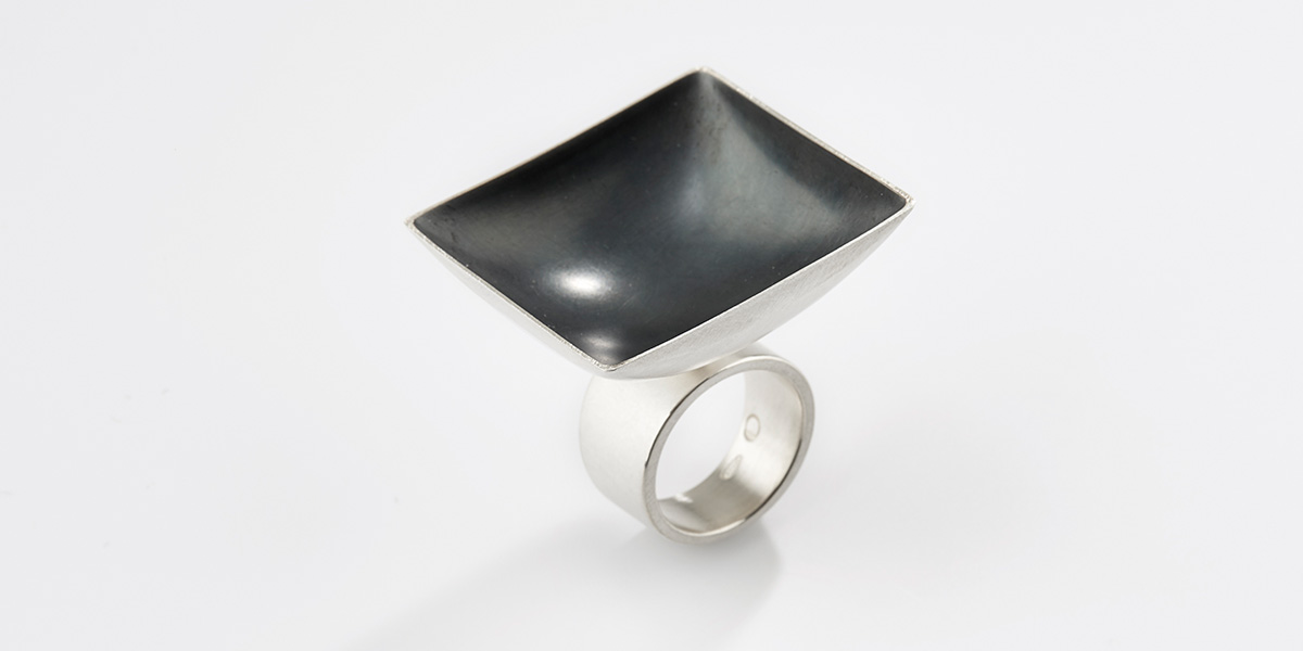 Sculpturale vierkante ring, mat zwart sterling zilver en 18k witgoud