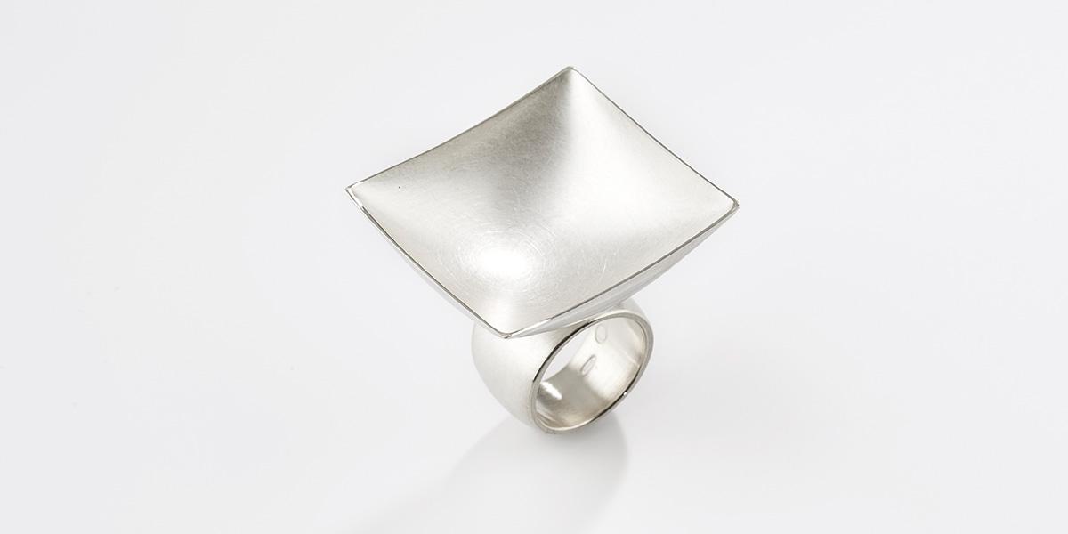 Sculpturale vierkante ring, mat18k witgoud