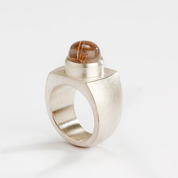 Hedendaagse ring, 18k goud met edelsteen cabochon