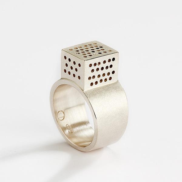 Architecturale vierkante ring, 18k mat goud