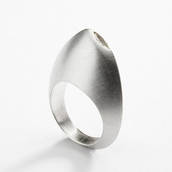 Sculpturale wit gouden ring met marquise diamant