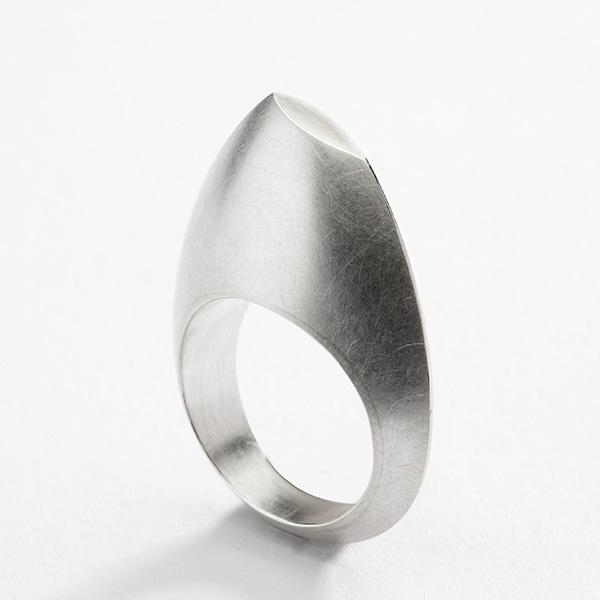 Sculpturale ring, 18k witgoud