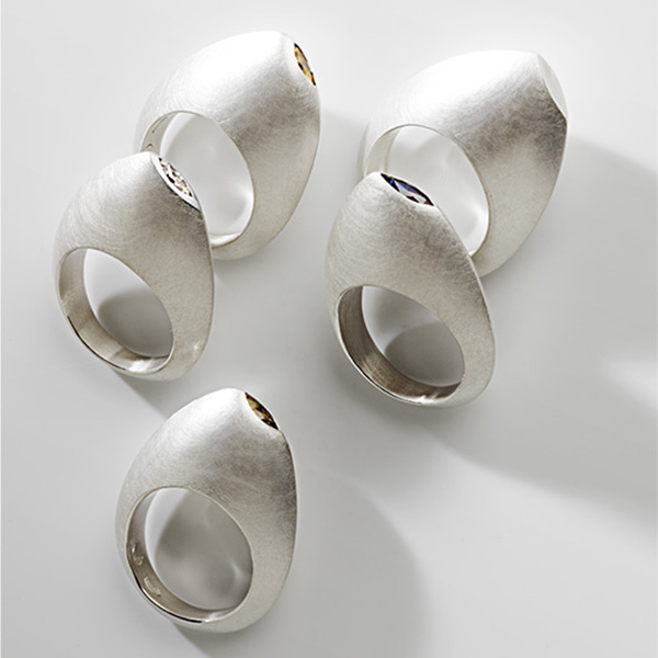 Sculpturale wit gouden ringen met marquise diamant of edelsteen