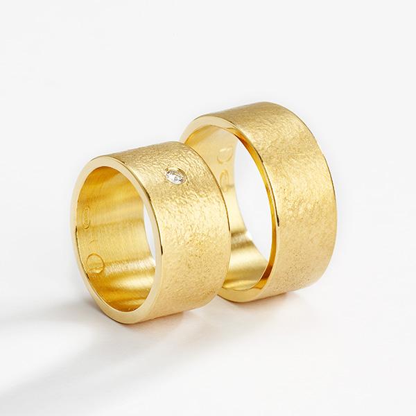Trouwringen, 18k goud met diamant
