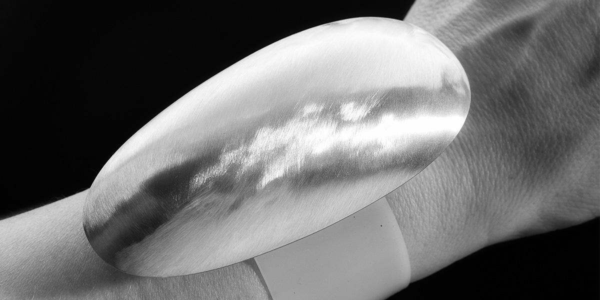 Sculpturale armband, leder en sterling zilver