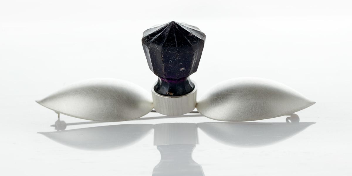 Sculpturale broche of object, sterling zilver en oude glazen stolp