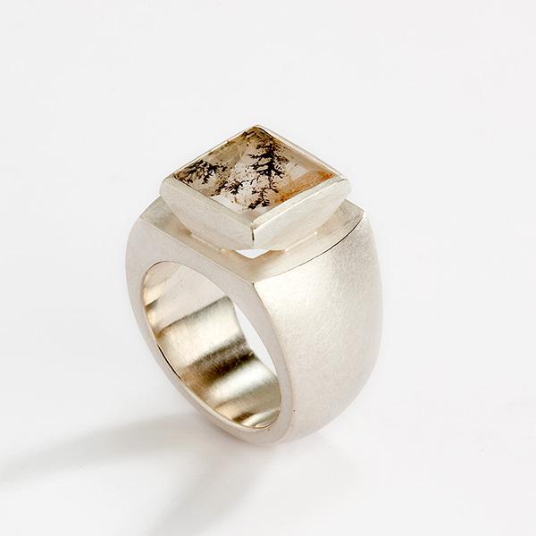 Ring 18k mat witgoud met dendriet kwarts edelsteen